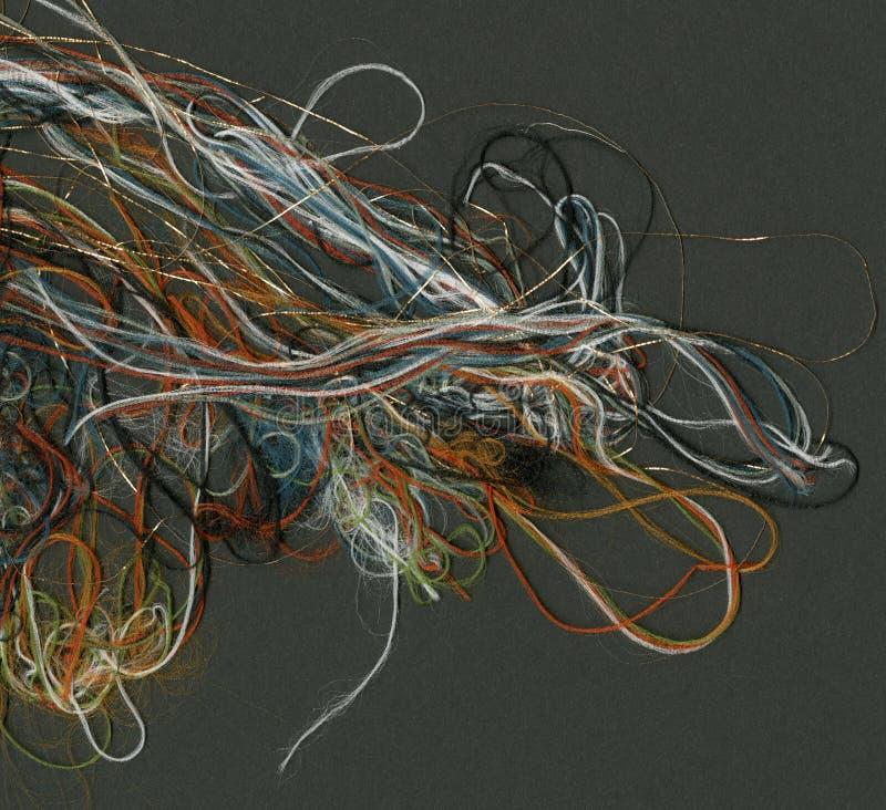 Tangled上色了在一黑背景彩虹螺纹流动的螺纹 免版税库存图片