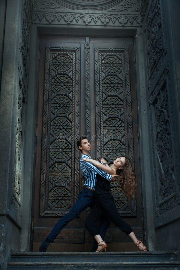 Tango bonito da dança dos pares imagem de stock