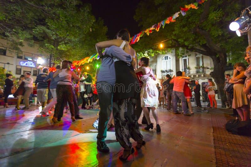 Tango de dança dos povos em Buenos Aires, Argentina fotografia de stock royalty free