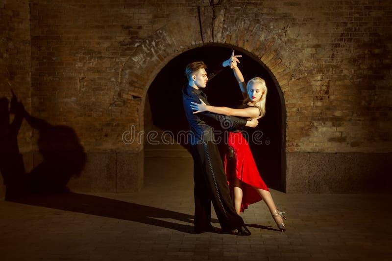 Tango novo bonito da dança dos pares fotografia de stock