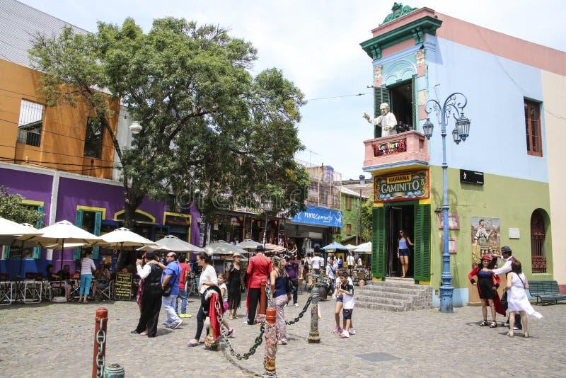 Tango tancerza poza dla turystów w Caminito ulicie zdjęcie royalty free