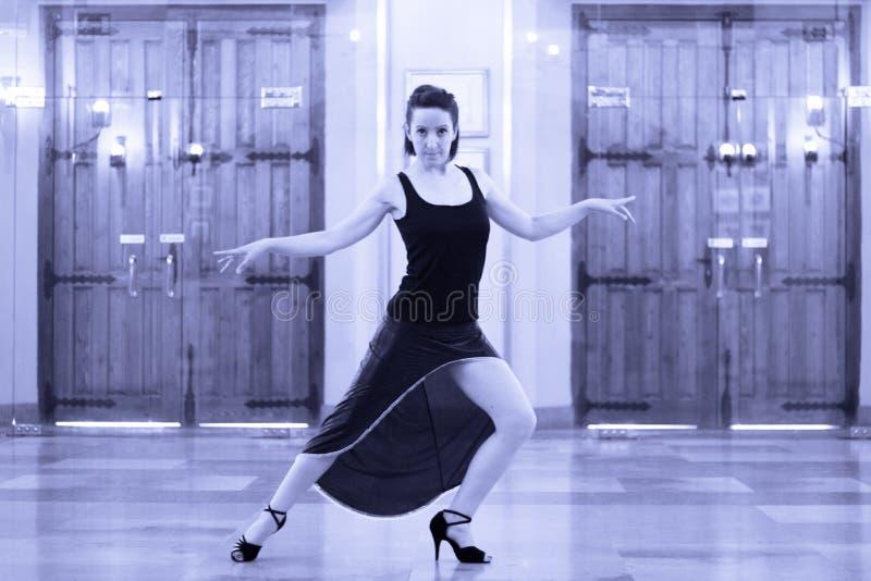 Tangodansare bara och ledset i tom balsal arkivbild