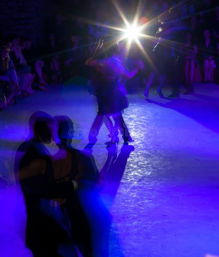 Tangodansare i milonga royaltyfria foton
