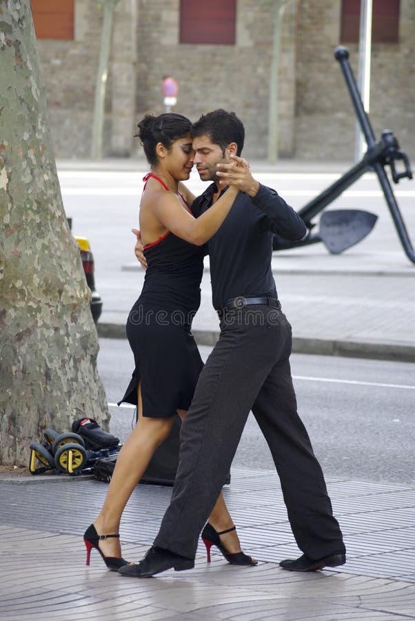 Tangodansare längs gatorna i Barcelona arkivbild