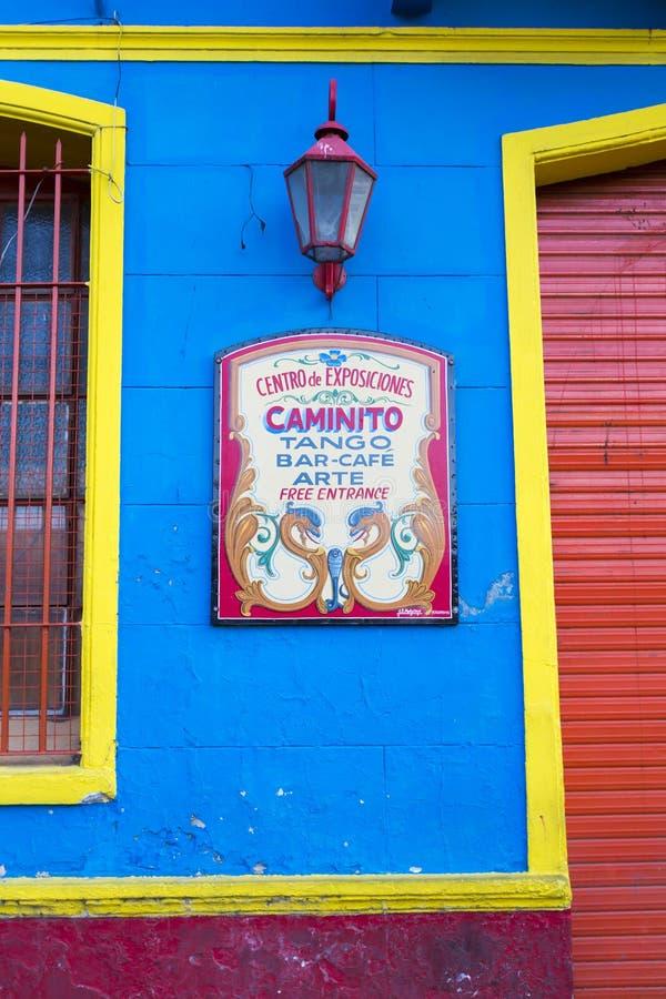 Tangoteken in de beroemde straat van Caminito in La Boca, Buenos aires royalty-vrije stock foto
