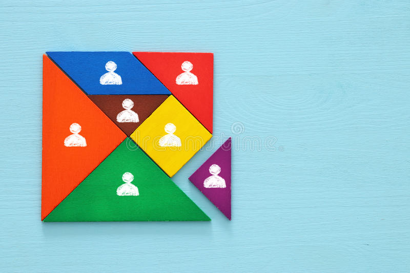 tangrampusselkvarter med folksymboler, personalresurser och ledningbegrepp arkivfoto
