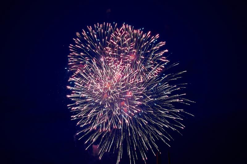 Tani jaskrawi iskrzaści fajerwerki, menchie, z mgiełką, na nocnym niebie, tło tekstura obrazy stock