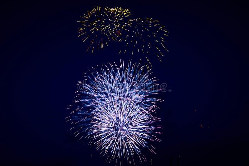 Tani jaskrawy iskrzasty fajerwerków, błękitnego i złotego kolor na nocnym niebie, tło tekstura fotografia stock