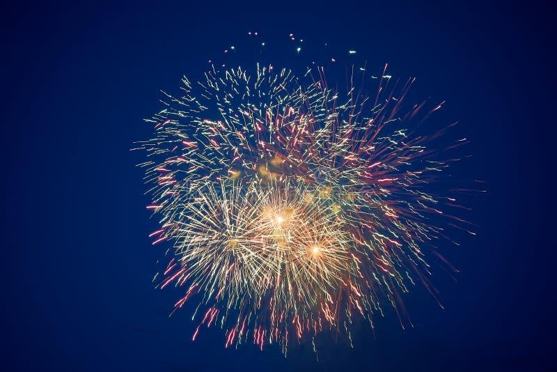 Tani piękni stubarwni fajerwerki w nocnym niebie, tło tekstura zdjęcia royalty free