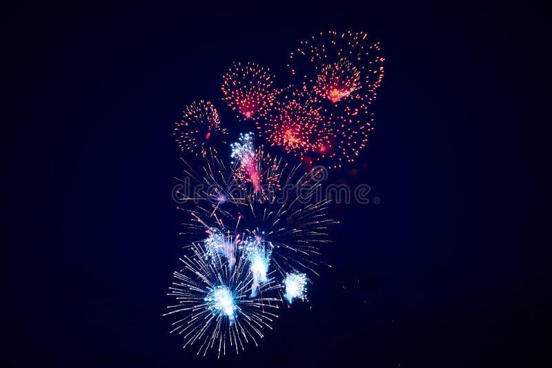 Tani piękni stubarwni fajerwerki w nocnym niebie, tło tekstura zdjęcia stock