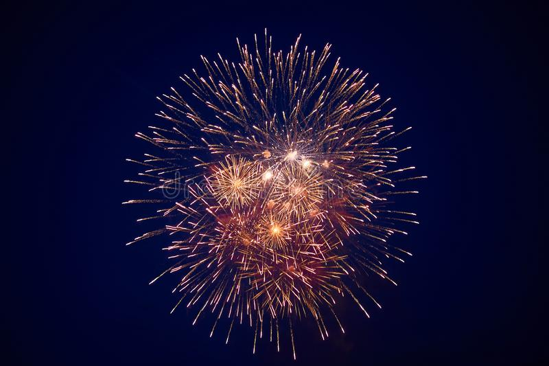 Tani piękni wielcy fajerwerki, kolor żółty, w nocnym niebie, tło tekstura zdjęcia royalty free