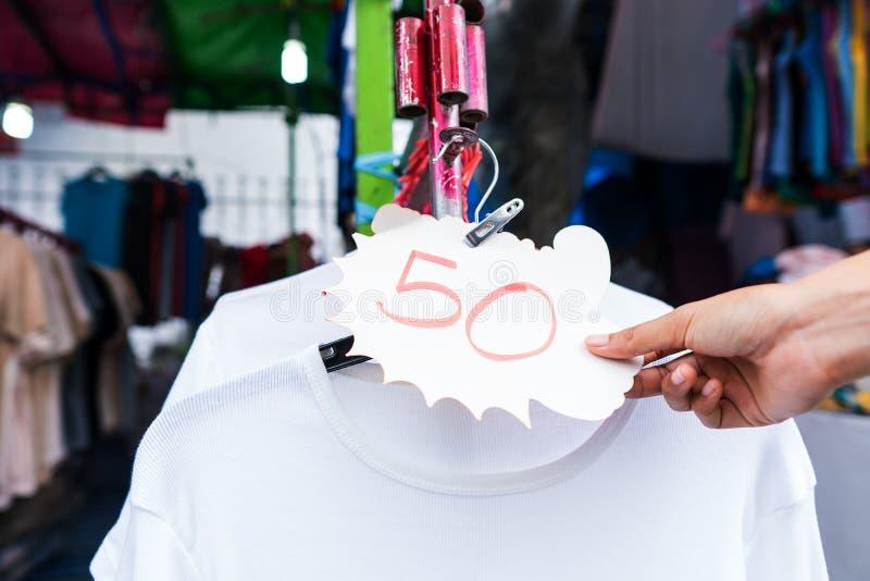 Tani sklepy odzie?owi w rynku w Tajlandia fotografia stock