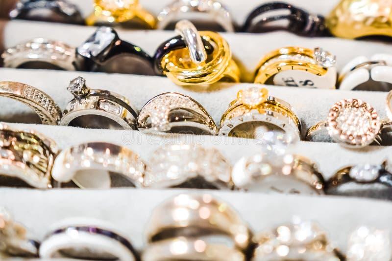 Tania biżuteria dla kobiet robić podstawowi metale zdjęcia stock