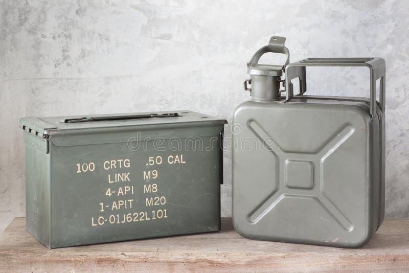 Tanica con la scatola della pallottola immagine stock libera da diritti