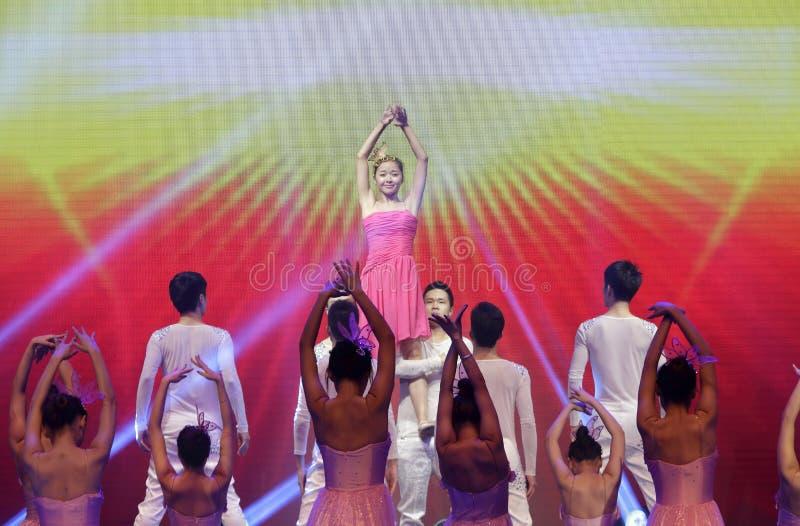 Download Taniec: słońce zdjęcie stock editorial. Obraz złożonej z taniec - 53789788