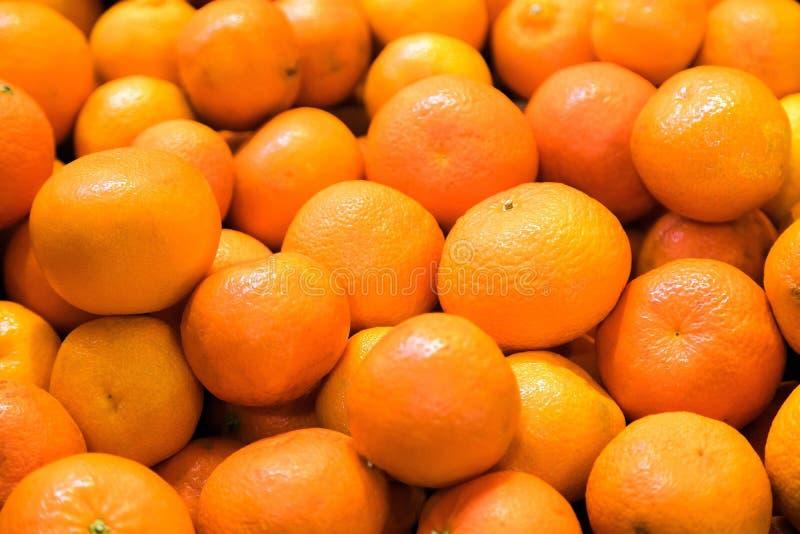Tanjerinas frescas para a venda no mercado de fruto Os frutos saborosos da tangerina estão completos das vitaminas e dos minerais fotos de stock royalty free
