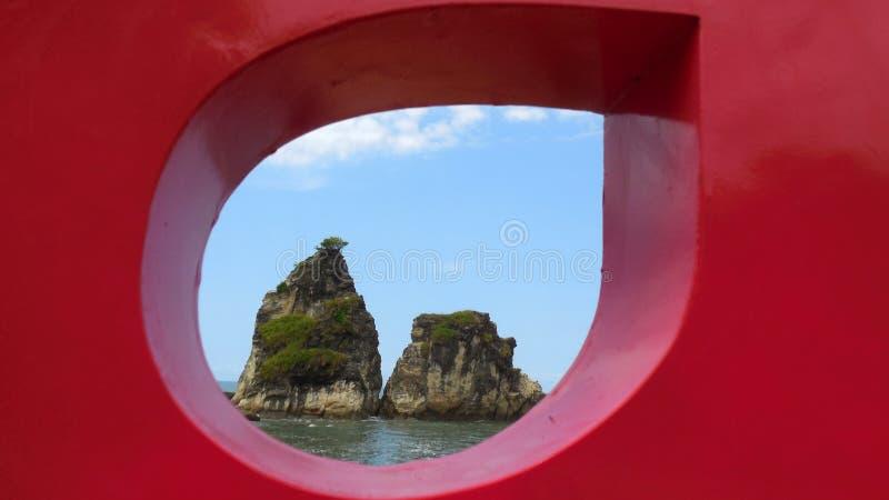 Tanjung Layar ist ein Felsen, der wie ein Schirm sich bildet lizenzfreie stockfotografie