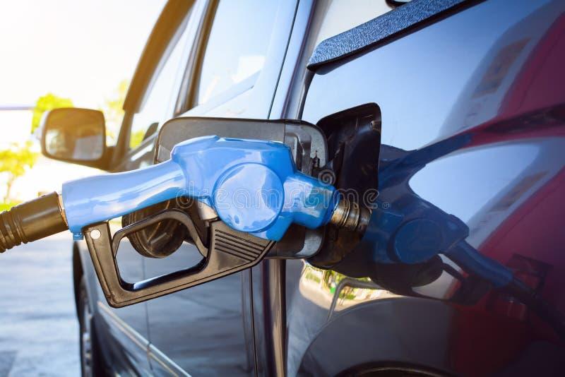 Tank auto bij benzinepomp bij royalty-vrije stock foto's