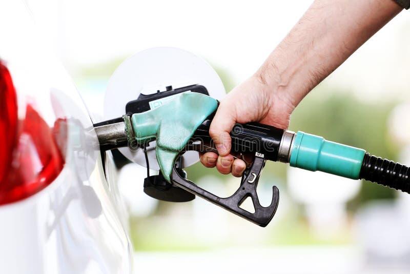 Tank auto met benzine bij stock foto's