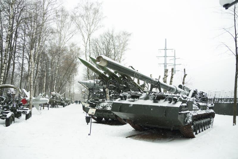 tank in de sneeuw op de straat royalty-vrije stock fotografie
