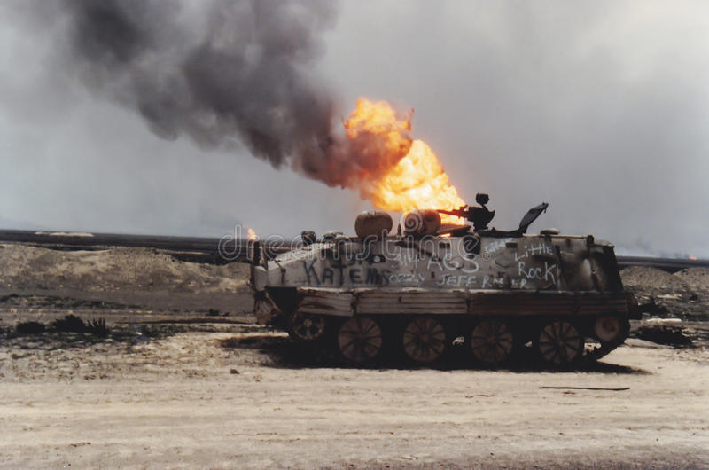 Tank en oliebronbrand, Koeweit, Perzisch Golfoorlog stock afbeelding