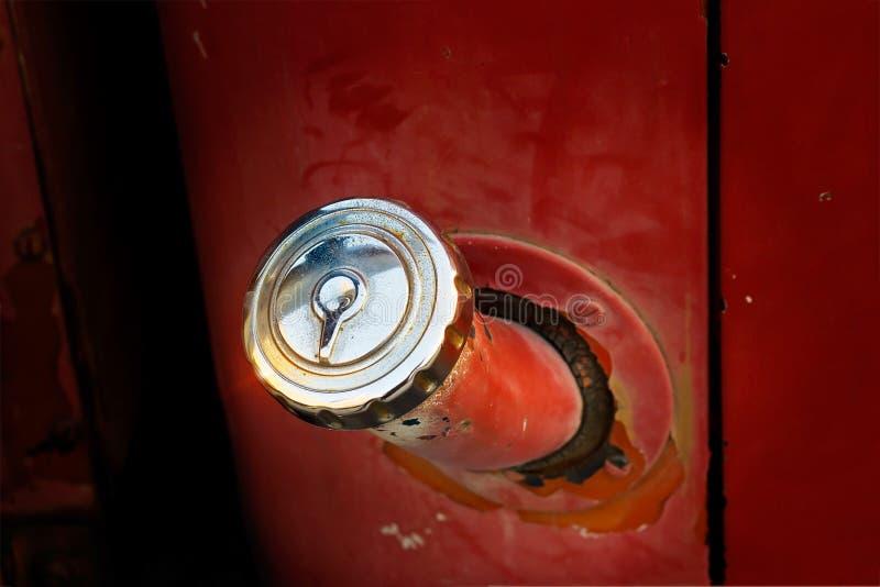 Tanka den antika bilen, rostig lastbilbil för tappning royaltyfri bild
