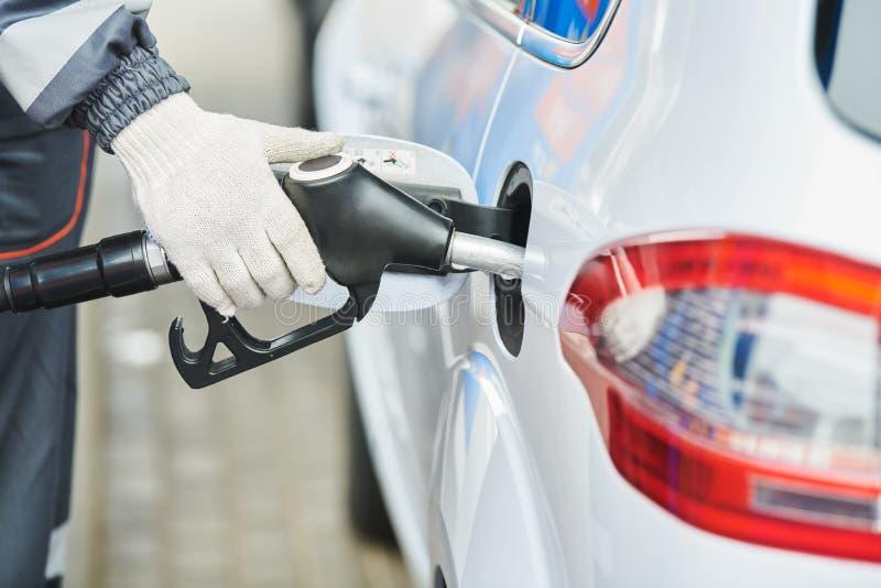 Tanka diesel- bränsle in i bilen på bensinstationen royaltyfri foto