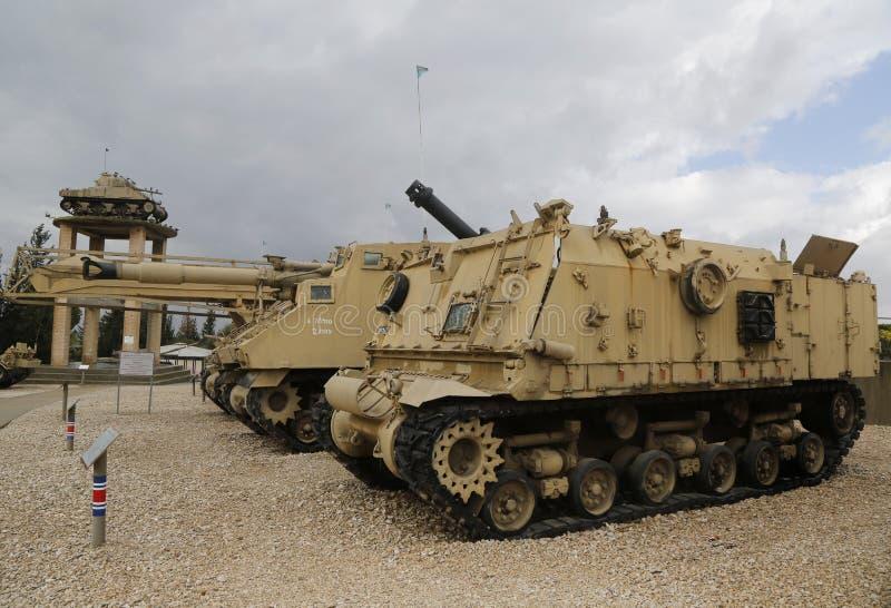 Tankar det självgående vapnet för M50 Sherman, ändrade versioner av amerikanen M4 Sherman, på skärm arkivfoto
