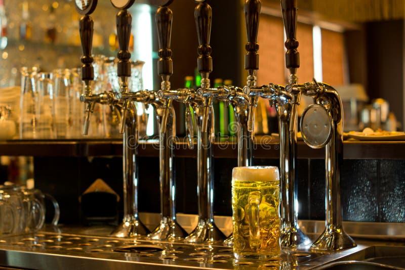 Tankard della birra con la birra spilla in un pub fotografia stock libera da diritti