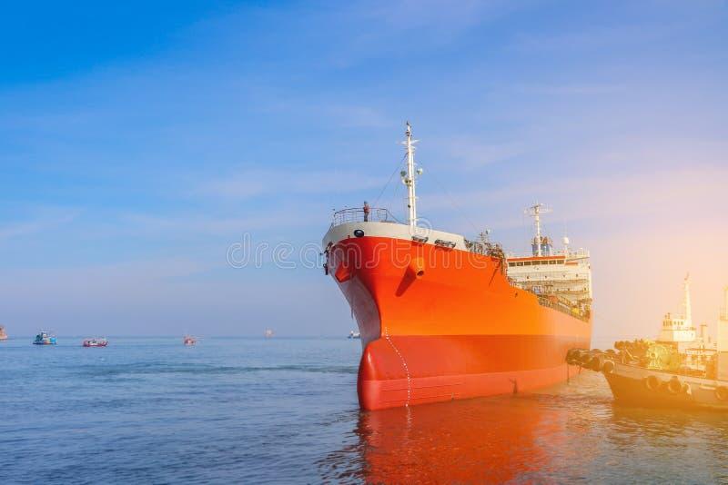 Tanker  fartyg  seglar  i    med  Tugbåtens auktoritära stöd som dras in royaltyfria foton