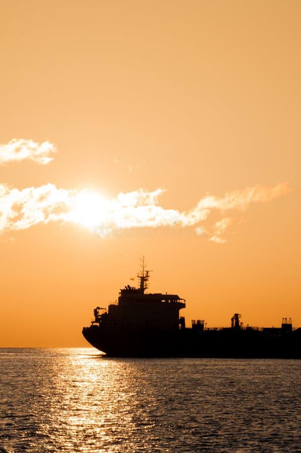 Tanker bei Sonnenaufgang lizenzfreie stockfotografie