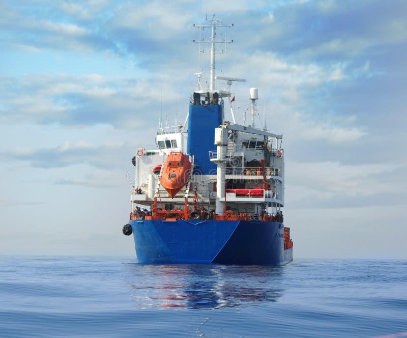 Tanker in de oceaan stock foto