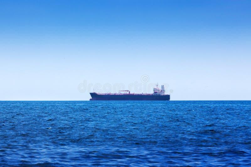tanker in de oceaanbaai royalty-vrije stock afbeelding