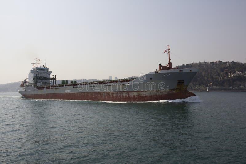 Tanker, der in der Bosphorus-Straße, die Türkei überschreitet lizenzfreie stockfotografie