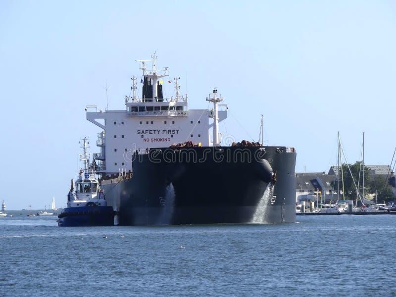 Tanker, der im Hafen manövriert stockfotografie