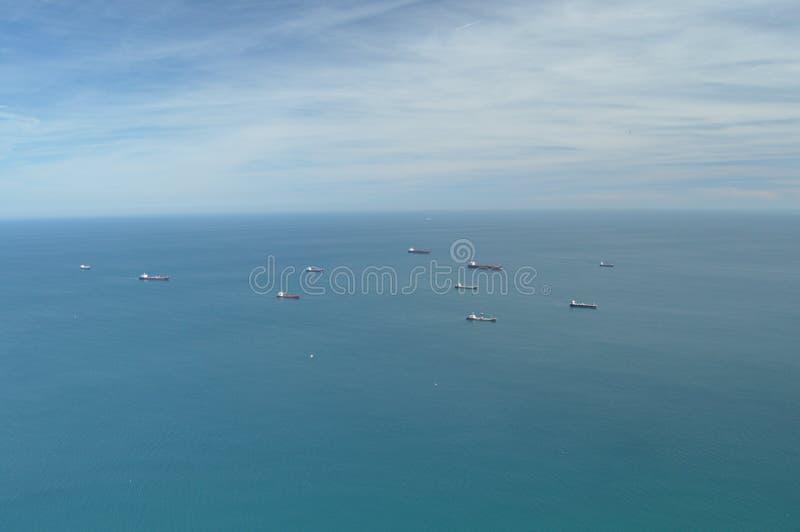 Tanker, die auf das Meer warten, bevor der Hafen betreten wird stockbild