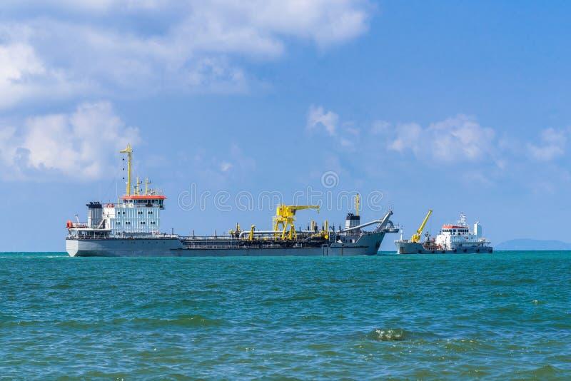 tanker Het vervoer van het tankschip of opslagvloeistoffen of gassen in massa royalty-vrije stock afbeeldingen