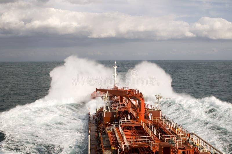 Tanker im schweren Sturm stockfoto