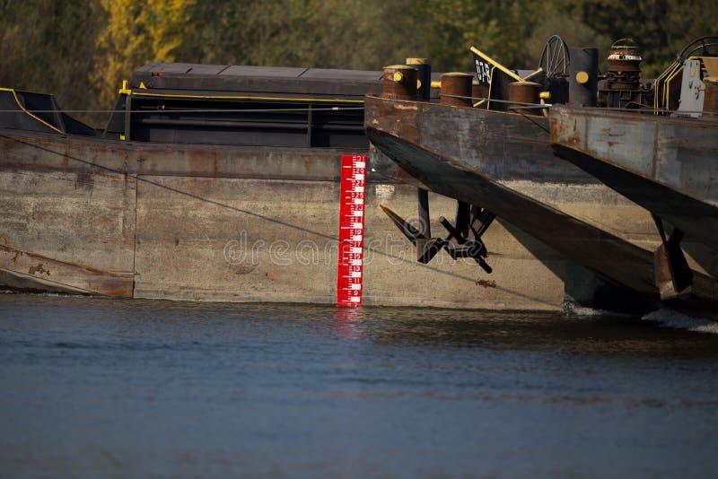Tanker met ladingsmeting in rivier stock afbeeldingen