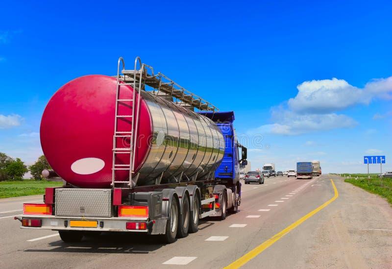 Tanker mit Chromtanker stockfotografie