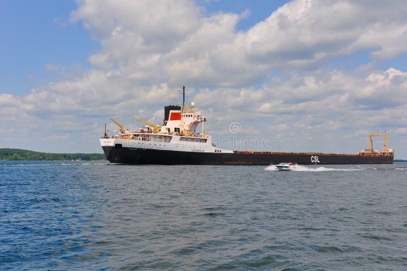 Tanker und Schnellboot in den tausend Inseln lizenzfreie stockfotografie