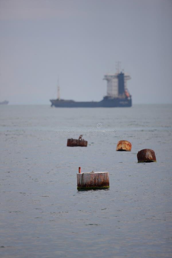 Tankerlieferung in Meer stockfotos