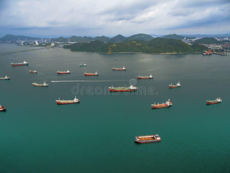 Tankerpark nahe Erdölraffineriewartetransport lizenzfreie stockfotos