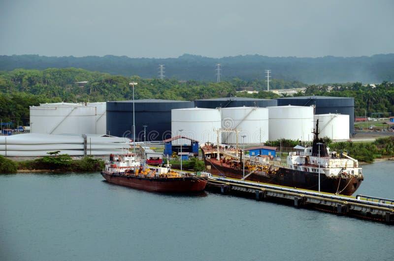 Tankerschepen in de raffinaderij in de haven van Cristobal, Panama stock foto's