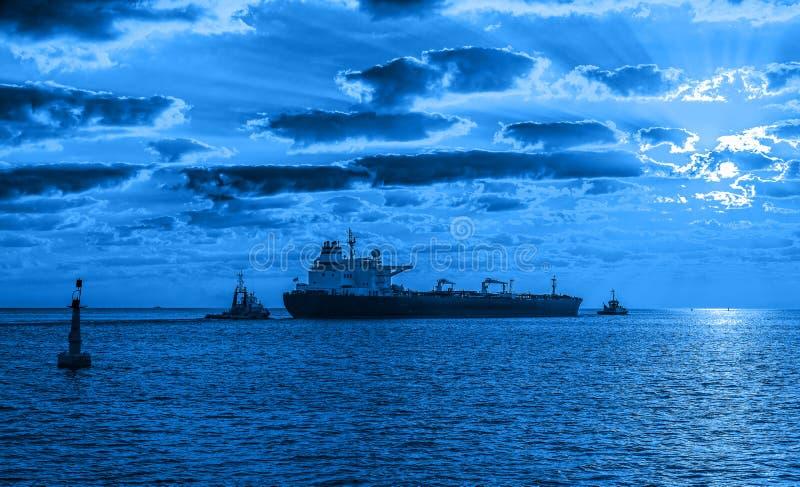 Tankerschip bij nacht stock foto