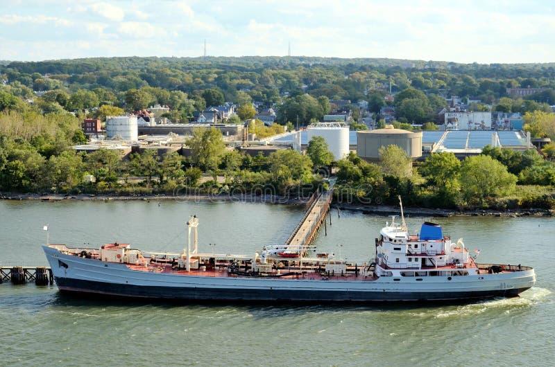Tankerschip die haar lading, Bayonne in New Jersey nemen royalty-vrije stock foto