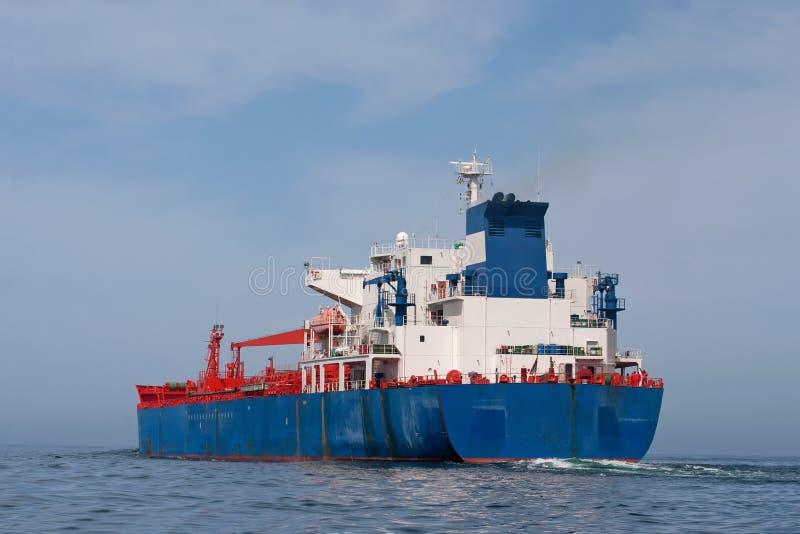 Tankersegeln im Meer lizenzfreies stockbild