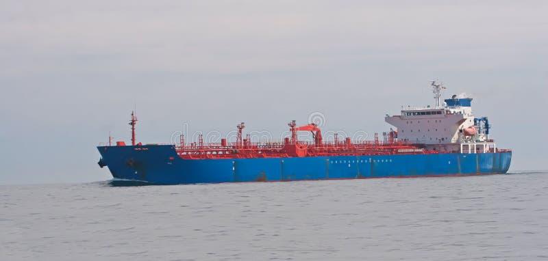 Tankersegeln im Meer stockbild