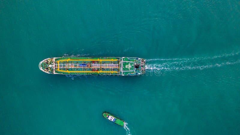 Tankervogelperspektive-, Öltanker- und Gastankersegeln im offenen Ozean stockfoto