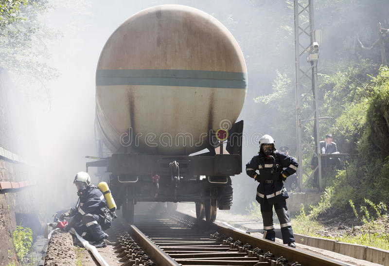Tankerzug-Feuerfeuerwehrmänner lizenzfreie stockfotos